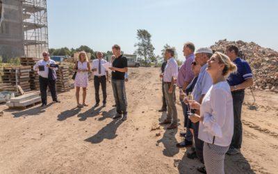 """Die Richtkrone weht über dem ersten Neubau ZWEI WASSER """"Alte Seefahrtschule im Ostseebad Wustrow"""""""